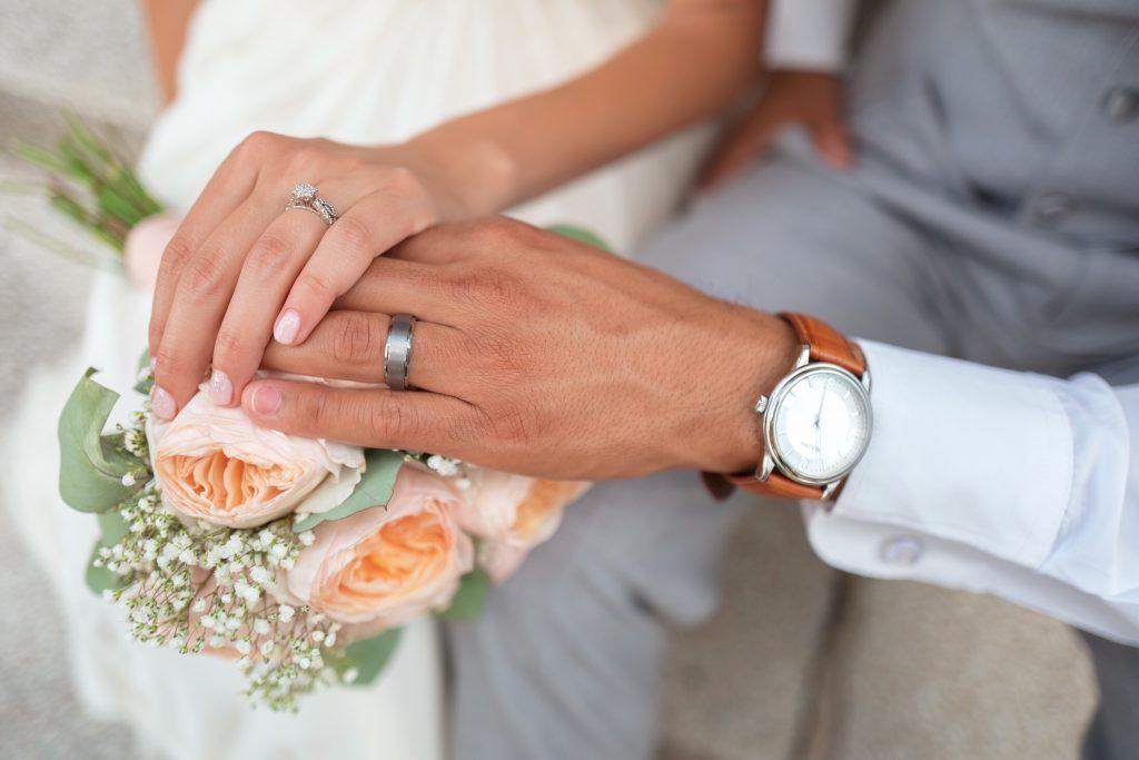 L'attribut alt de cette image est vide, son nom de fichier est bride-couple-groom-hands-holding-hands-love-1366743-pxhere.com_-1024x683.jpg.