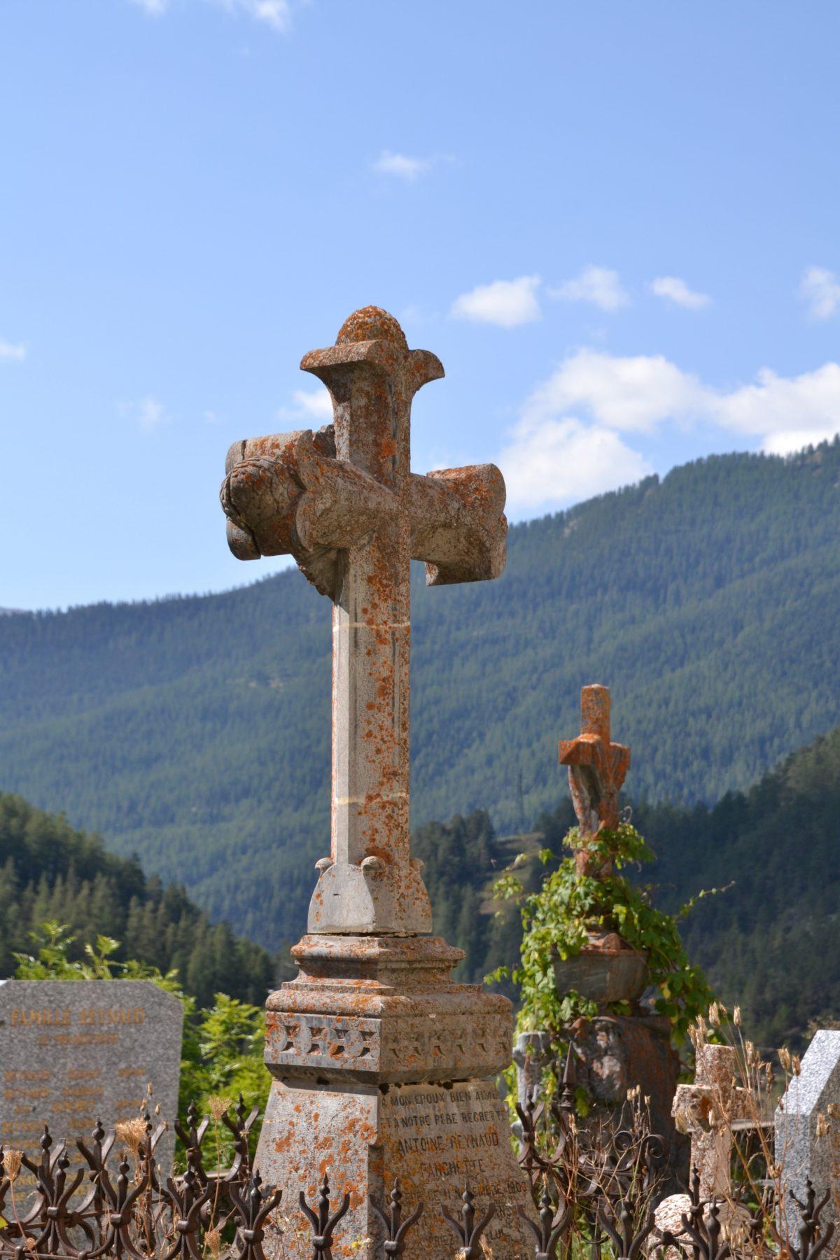 En novembre, rendez-vous au cimetière de votre village, le père Barthélémy bénit les tombes de ceux qui le souhaitent.